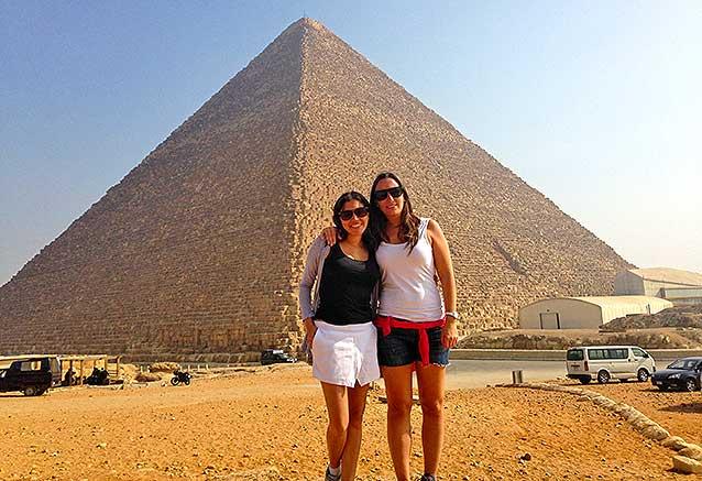 Viaje egipto jordania desierto Carolina y Yolanda frente a las piramides de egipto