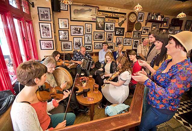 Viaje viaje sabores irlanda norte sur Irlanda Ambiente en un Pub de Galway por Brian Morrison 2013