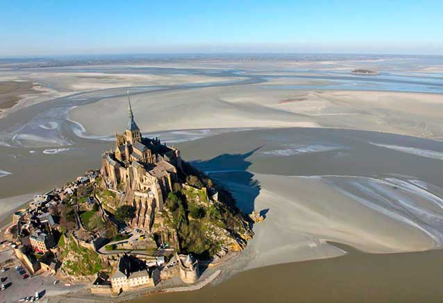 Viaje circuito francia romantica Vista aerea del Monte San Michel con marea baja por central asian