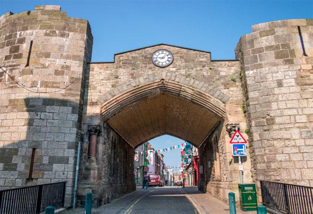 Viaje gales historico inglaterra caenarfon entrada al pueblo