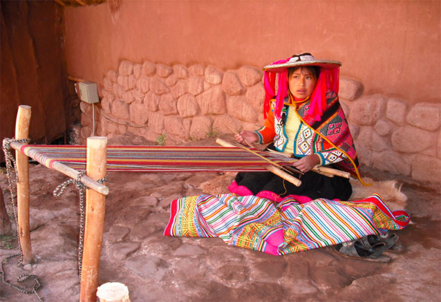 Viaje tesoros del sur del peru awanakancha en peru tejiendo bidtravel