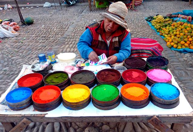 Foto del viaje ofertas tesoros del sur del peru pisac en peru hombre vendiendo colores bidtravel