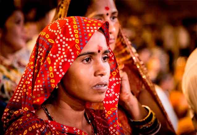 Viaje delhi jaipur agra benares india mujer en rojo