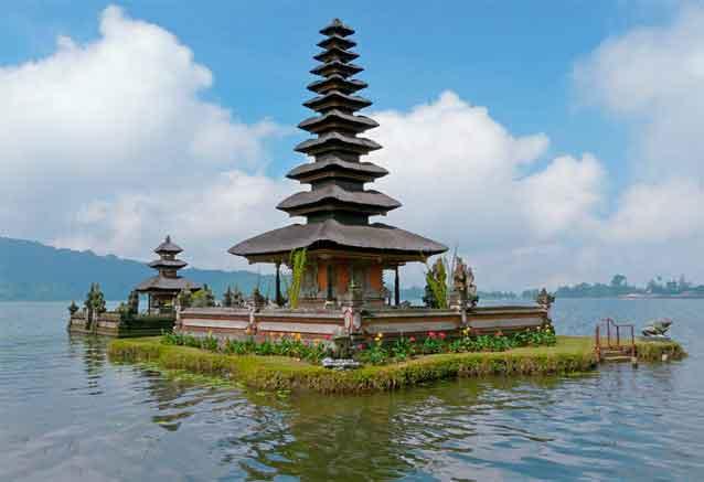 Viaje bali playas bali pagoda sobre el agua