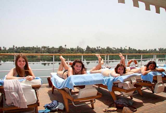 Viaje viaje egipto seguro Tomando el sol en la motonave del Nilo