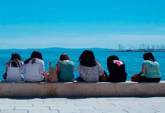 Viaje crucero yate italia croacia chicas en el puerto de dubrovnik